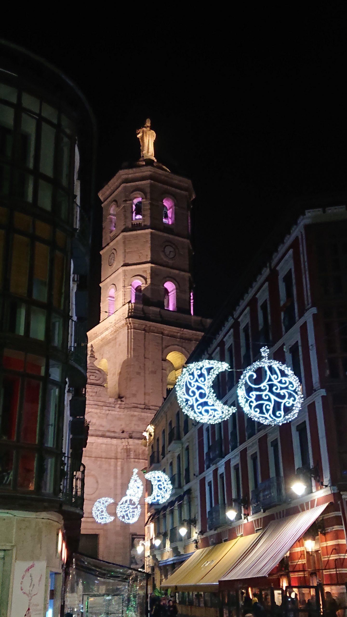 Calle de ambiente con la Catedral al fondo